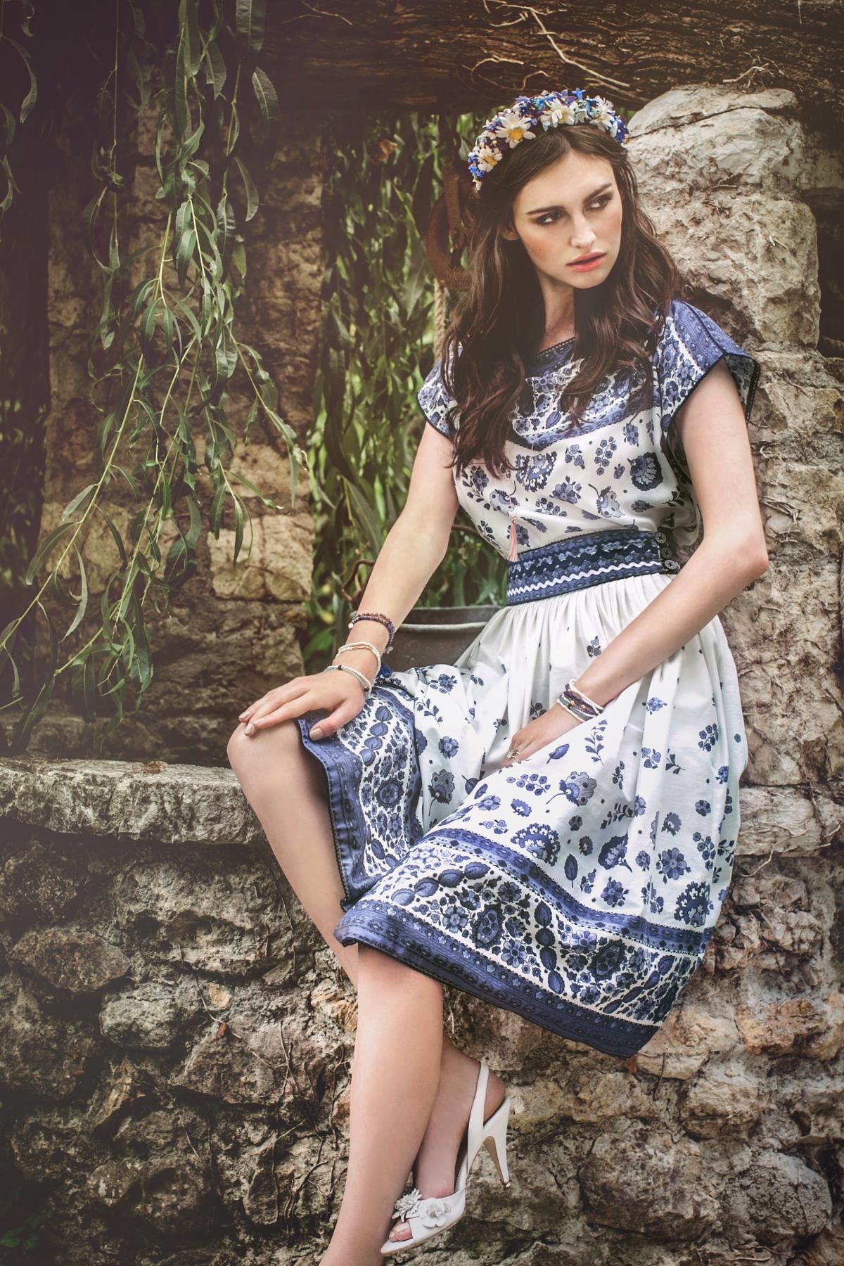38_Cassis_Top_provence-bleu_St-Tropez_Skirt_provence-bleu_Jane_Stilettos_white